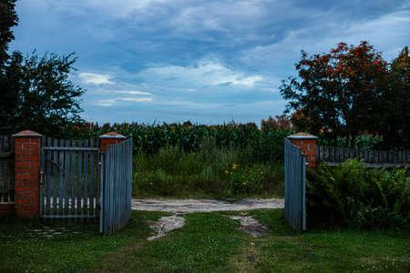Old wooden gates in the village open in summer 版權商用圖片