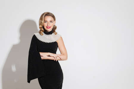 elegant woman in black dress poses for hte camera 版權商用圖片