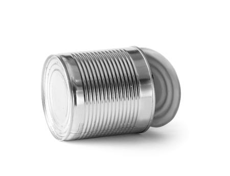 Abrir lata vacía de hierro cromado sobre un fondo blanco. Basura de aluminio sobre aislamiento. Foto de archivo