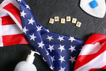 The crisis in the United States due to the global pandemic. The consequences of the coronovirus. American flag and virus protection on a dark background top view. The problems of the American population against the background of the epidemic Stockfoto