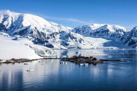 """González Videla chilien de base, sur la pointe Waterboat du continent Antarctique dans Paradise Bay. Il est maintenant une base """"inactif"""". Visites d'été occasionnels sont faites par les partis chiliens et les touristes. Photo; 27 décembre 2011"""