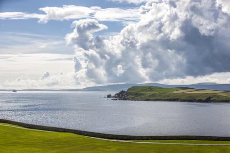 Mooi landschap van het vasteland Island op Shetland-eilanden in Schotland. Bekeken vanuit een golfbaan in Lerwick