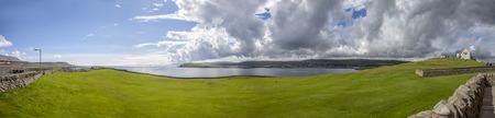Panorama van een golfbaan in Lerwick, Shetland, Schotland.