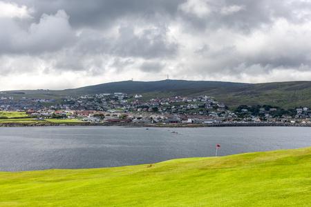 Weergave van Lerwick, Shetland, Schotland. Bekeken vanuit een golfbaan in Lerwick aan de andere kant van de baai. Stockfoto
