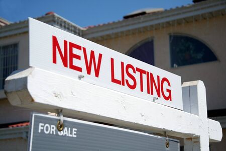listing: Muestra roja del listado de las propiedades inmobiliarias nueva Foto de archivo