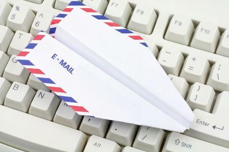 papierflugzeug: Flugzeug Umschlag Papier, E-Mail-Konzept  Lizenzfreie Bilder