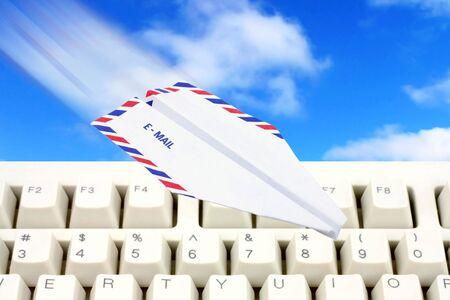 papierflugzeug: Umschlagpapierflugzeug, email Konzept