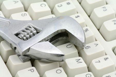 Llave ajustable y teclado, concepto de la reparación de la computadora Foto de archivo - 747108