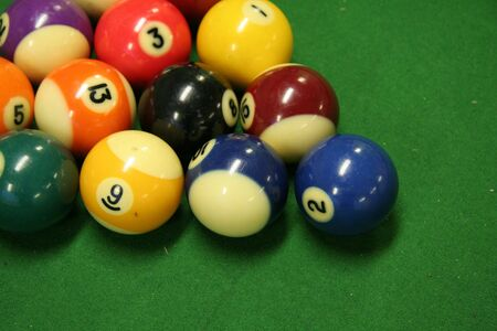 piscine boules vertes sur table de billard Banque d'images