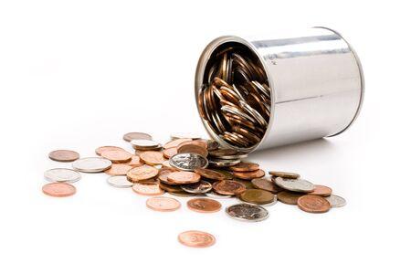 munten en kan met witte achtergrond  Stockfoto