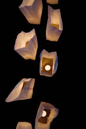white paper bag: bolsa de papel blanco, las l�mparas de cerca a tiros
