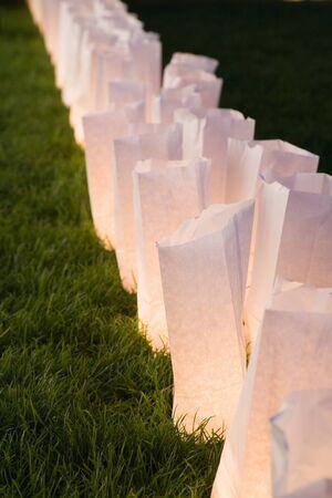white paper bag: bolsa de papel blanco l�mparas a tiros cerca  Foto de archivo