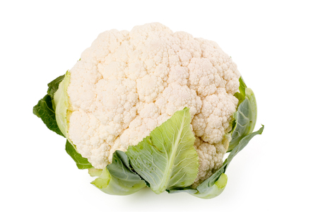 coliflor: una coliflor con fondo blanco
