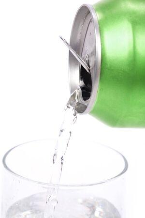 lata de refresco: verde y el vidrio de soda puede disparo de cerca