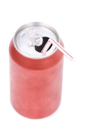 lata de refresco: una soda de color rojo puede con fondo blanco