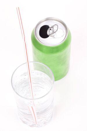 lata de refresco: verde puede sosa y vidrio con fondo blanco Foto de archivo