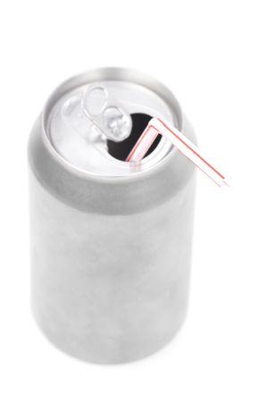 lata de refresco: una soda de plata puede con fondo blanco
