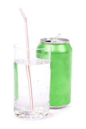 lata de refresco: soda verde puede y vidrio con fondo blanco