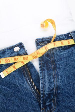 jeans apretados: un jean azul y una regla, el concepto de exceso de peso