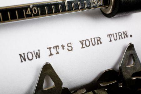 the typewriter: M�quina de escribir a tiros cerca, Concepto de ahora es su turno  Foto de archivo