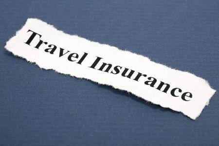 青色の背景と旅行保険の見出し 写真素材