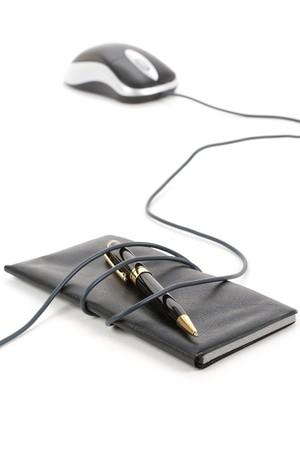 chequera: Chequera y rat�n del ordenador con el fondo blanco