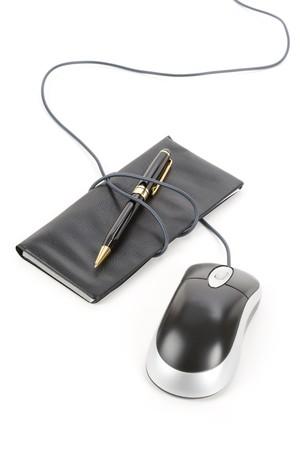 checkbook: Chequera y rat�n de la computadora con el fondo blanco