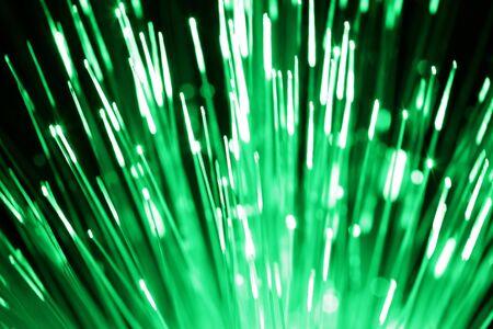 fiber cable: Glasvezel kabel met groen licht Stockfoto