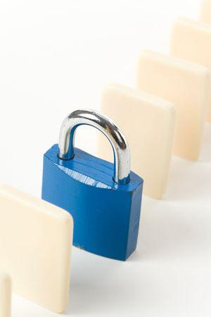 도미노와 자물쇠, 비즈니스 피해 통제의 개념 스톡 콘텐츠