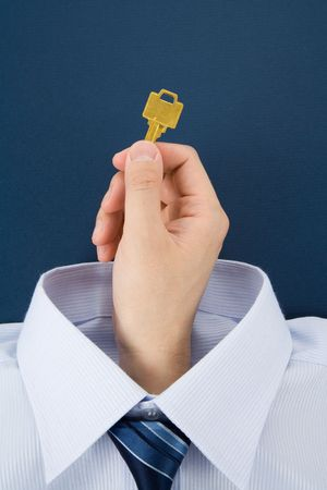 金色の鍵を握る手、ビジネスコンセプト