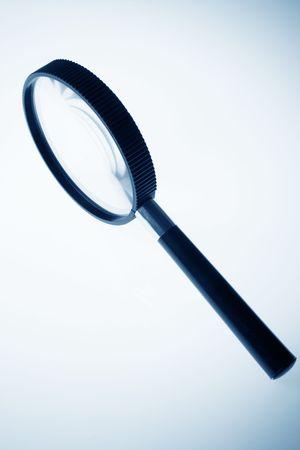 拡大鏡は、青色のトーンのクローズ アップ 写真素材