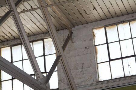 bedrijfshal: Industrial Building Binnenlandse Zaken, plafond en ramen Stockfoto