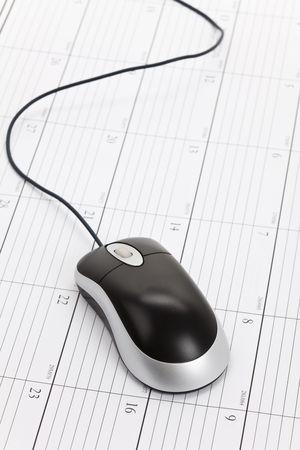 컴퓨터 마우스 및 달력 가까이 스톡 콘텐츠