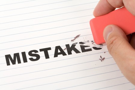 mistakes: errores de borrador y palabra, concepto de hacer cambio  Foto de archivo