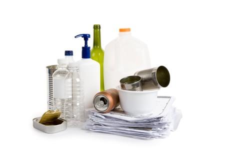 kunststof fles: Plastic fles, can, papier en glas, concept van recycling