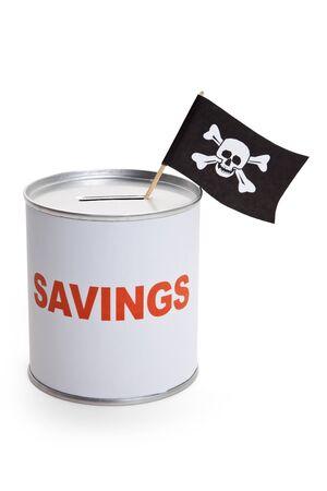 drapeau pirate: Tirelire et drapeau de Pirate, notion de crime de finances Banque d'images