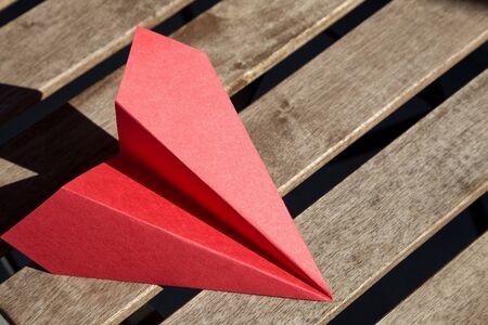 papierflugzeug: Red Papierflugzeug close up