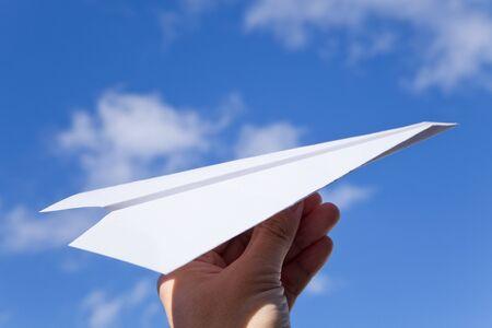 papierflugzeug: White Paper Flugzeug und Blue sky Lizenzfreie Bilder
