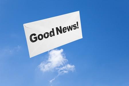 Goed nieuws, envelop en blue sky, concept van succes