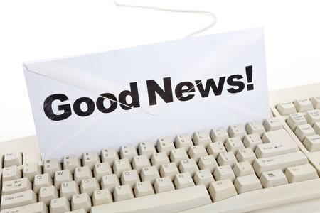 Goed nieuws en computertoetsenbord, concept van e-mail