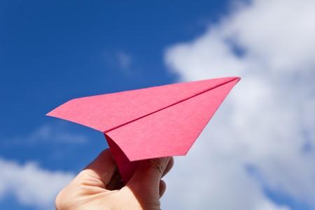 papierflugzeug: Papierflugzeug rot und blau Himmel Lizenzfreie Bilder