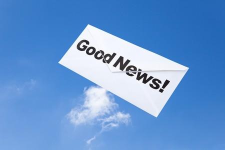 Goed nieuws, envelop en blauwe hemel, concept van succes