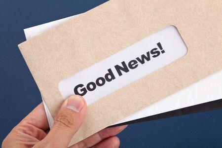 Goed nieuws en envelop, concept van succes Stockfoto
