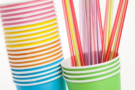 drinking straw: Carta di calcio monouso e Drinking Straw con sfondo bianco Archivio Fotografico