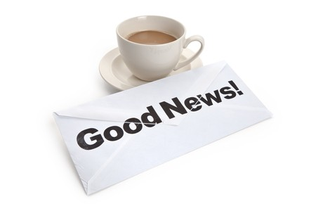 Goed nieuws en koffiekopje, concept van succes