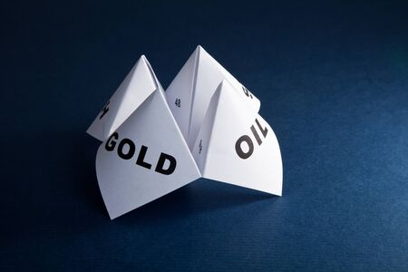 cootie catcher: Paper Fortune Teller, Gold; Oil, concept of business decision Stock Photo