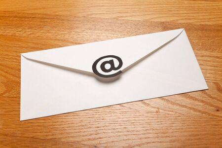 Envelop met @ symbool, concept van E-Mail Stockfoto