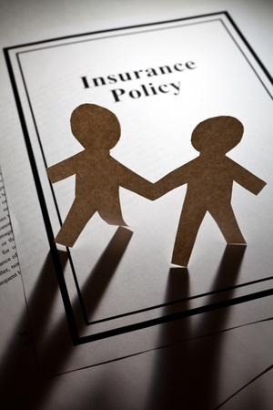 contratos: P�liza de seguro y los hombres de la cadena de papel de cerca