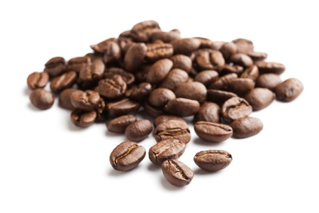 the coffee bean: Grano de caf� con fondo blanco