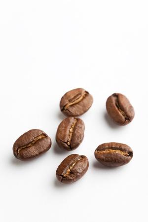 흰색 배경에 커피 콩